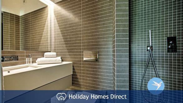 Villa Lilly master bathroom on the Algarve
