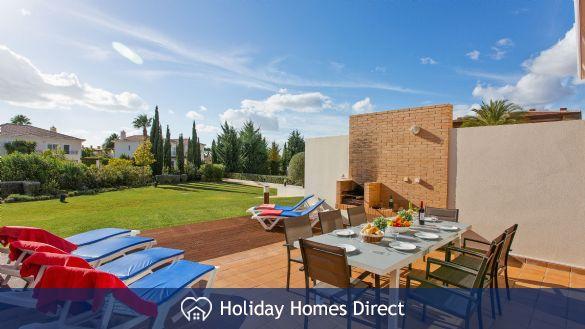 outdoor dining area in Casa Kerr on the Algarve