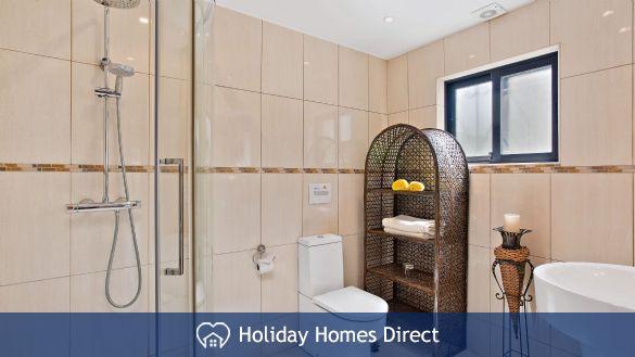 Villa Bella indoor master bathroom Vilamoura