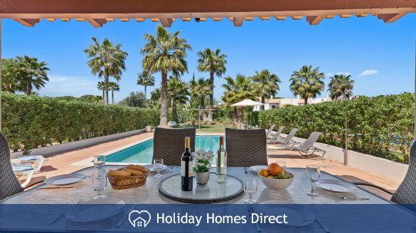 Villa Flora outdoor dining table on the Algarve