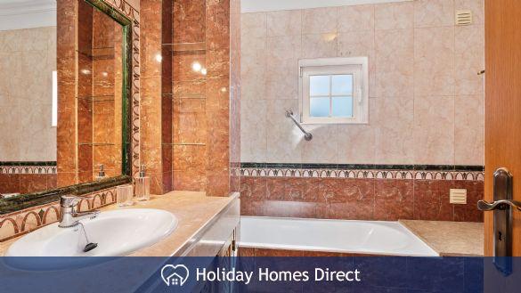 Villa Flora bathroom and sink in Portugal