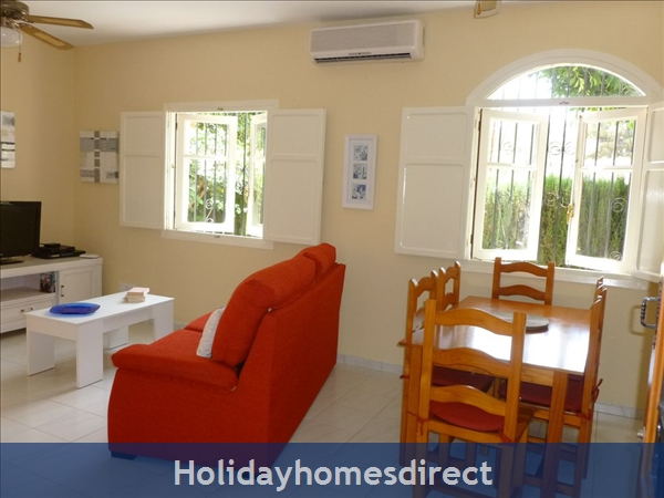 Spanish Tourism Approved Apt. That Feels Like A Villa!  Pool. Aircon ,free Wifi, Uk Tv Rte,  5 Mins Walk To Blue Flag Beaches, Restaurants, Shops Etc: Dining area