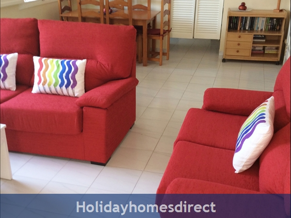 Spanish Tourism Approved Apt. That Feels Like A Villa!  Pool. Aircon ,free Wifi, Uk Tv Rte,  5 Mins Walk To Blue Flag Beaches, Restaurants, Shops Etc: Lounge and dining area