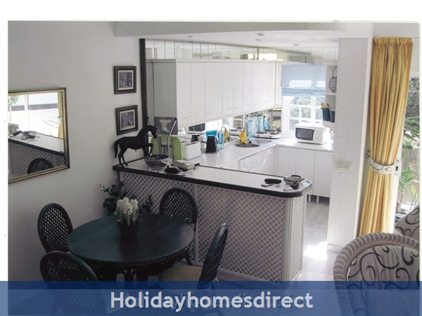 Puerto Cabopino, 2 Bed Air Conditioned Holiday Rental Home: Kitchen and dining