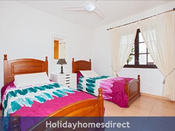 Twin Single Room 2 with Air Con -sleeps 2