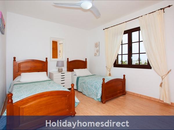 Twin Single Room with Air Con -sleeps 2