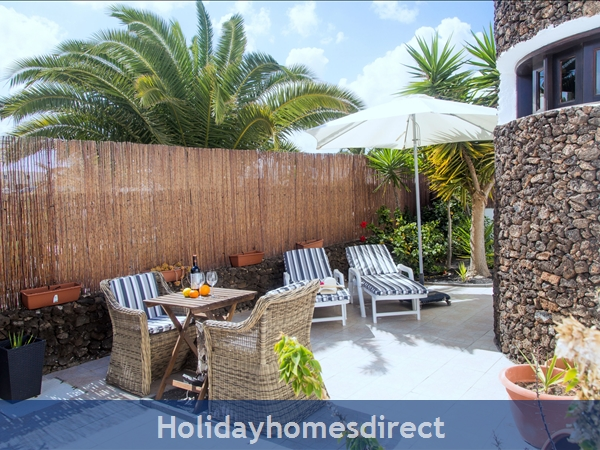 Luxury Tots Safe Villa Visa Accepted Secure Gated Pool Costa Teguise 4 Bed/3 Bath/private Htd Pool/play Area-we Take All Credit Cards For Just 1.5%: Side garden Grand parents favourite spot