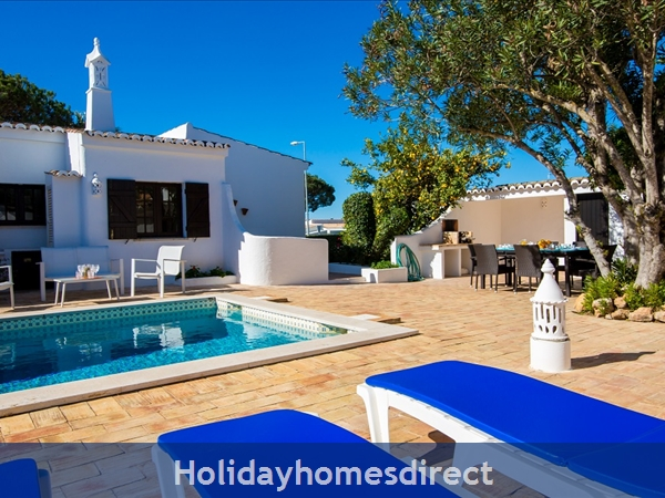 Casa Beirao A Delightful Spacious Air Cond 3 Bedroom Villa Wifi & Private Pool, Excellent Location 10 Mins Drive To Beach & Vilamoura Marina. 26499/al: Kitchen Area