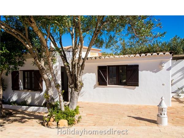 Casa Beirao A Delightful Spacious Air Cond 3 Bedroom Villa Wifi & Private Pool, Excellent Location 10 Mins Drive To Beach & Vilamoura Marina. 26499/al: Dining Area