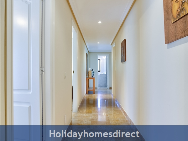 Falesia Beach Superb 1st Floor 3 Bedroom Apartment, Within Walking Distance To Beach, Local Restaurants, Bars And Shops.: Hallway