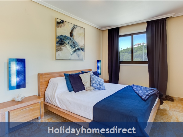 Falesia Beach Superb 1st Floor 3 Bedroom Apartment, Within Walking Distance To Beach, Local Restaurants, Bars And Shops.: Master Bedroom