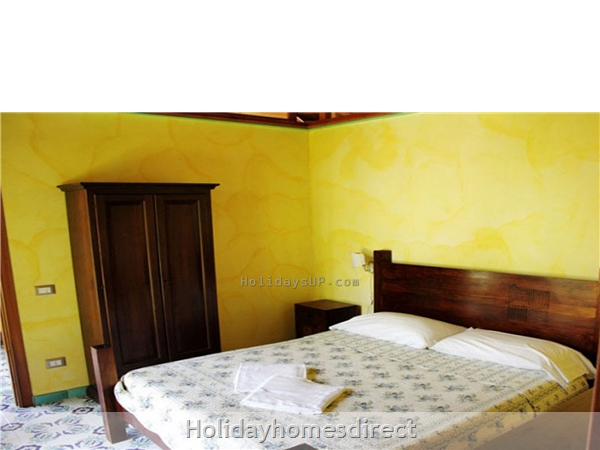 Casa Sorrento Apartment With Shared Pool Close To Sorrento Town Center: Bedroom guest house apartment resort booking