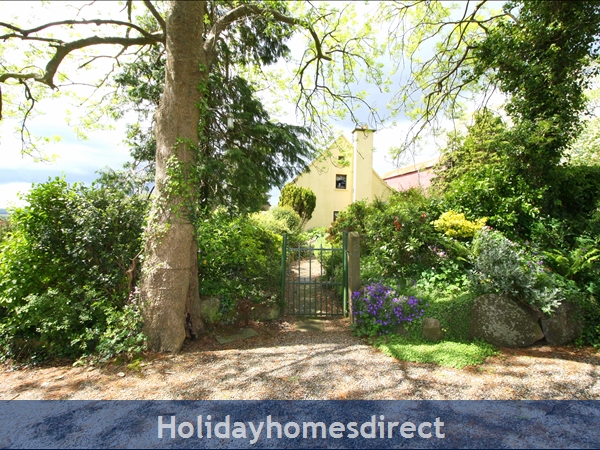 Granary Cottage .. Lots Of Character, Peace And Quiet And All The Mod Cons !: Private driveway and parking at Granary Cottage