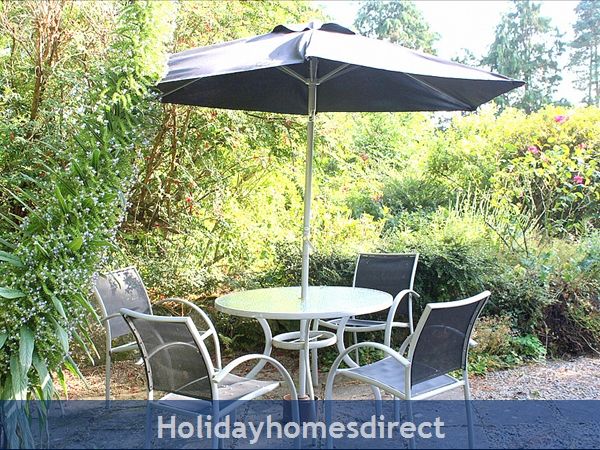 Granary Cottage .. Lots Of Character, Peace And Quiet And All The Mod Cons !: Pretty gardens, BBQ and sunny patio