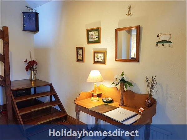 Granary Cottage .. Lots Of Character, Peace And Quiet And All The Mod Cons !: Granary's welcoming Hallway