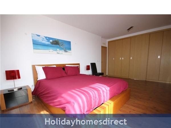 Vista Da Lagoa, Obidos , Silver Coast: Spacious master bedroom with large balcony.