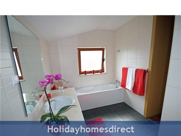 Vista Da Lagoa, Obidos , Silver Coast: Spacious Master Bedroom with ensuite - upstairs