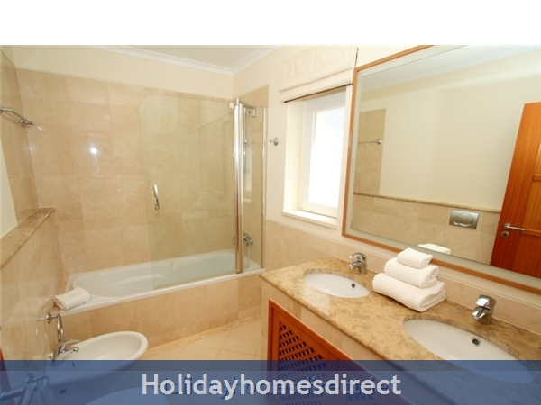 A Stunning, Modern Ground Floor 2 Bedroom Apartment Located On The Exclusive Victoria Boulevard In Vilamoura. (207/112/al): Ensuite Bathroom