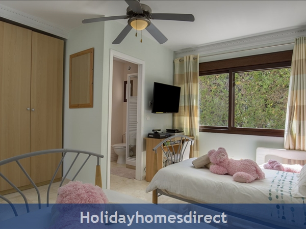 Palm Villa Tots Safe Villa In El Paraiso Visa Accepted + 4 Bed+ 3 Bath+ Play Area+ Heated Pool + Paddle Pool- Close To All Amenties No Car Needed-: Bed 3- 2 singles   toddler bed  shower room- xbox