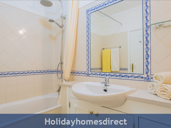 Home From Home - 3-bed Duplex (sleeps 7) Near Alvor & Beach (with Airconditioning): Downstairs bathroom with bath and rain-shower