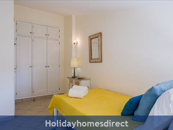 Home From Home - 3-bed Duplex (sleeps 7) Near Alvor & Beach (with Airconditioning): Single bedroom