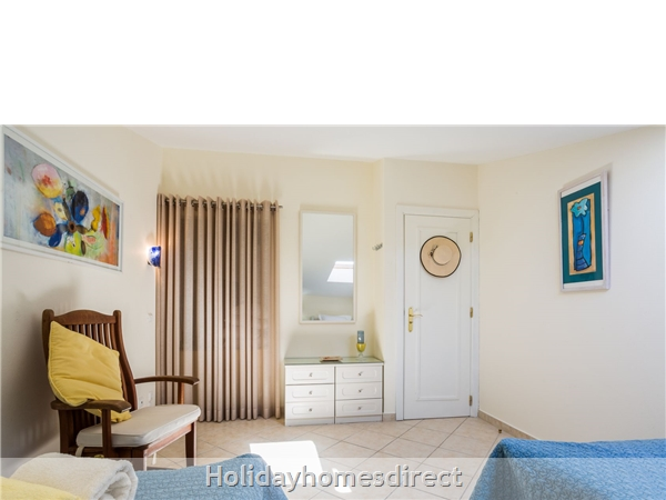 Home From Home - 3-bed Duplex (sleeps 7) Near Alvor & Beach (with Airconditioning): Twin bedroom with full  size pull-out bed