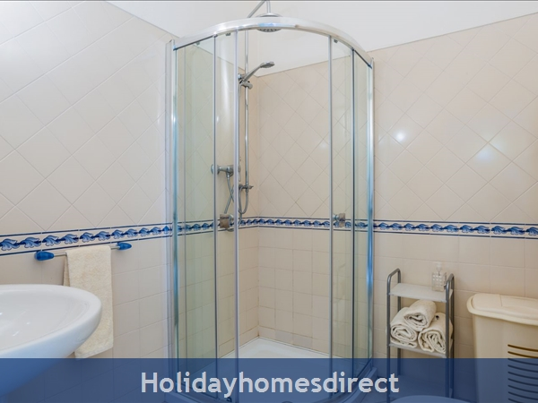 Home From Home - 3-bed Duplex (sleeps 7) Near Alvor & Beach (with Airconditioning): Upstairs bathroom with rain-shower