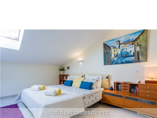 Home From Home - 3-bed Duplex (sleeps 7) Near Alvor & Beach (with Airconditioning): Masterbedroom with Kingsize bed