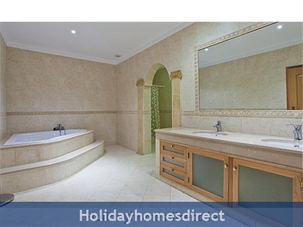 Villa Do Vale master bathroom in Portugal