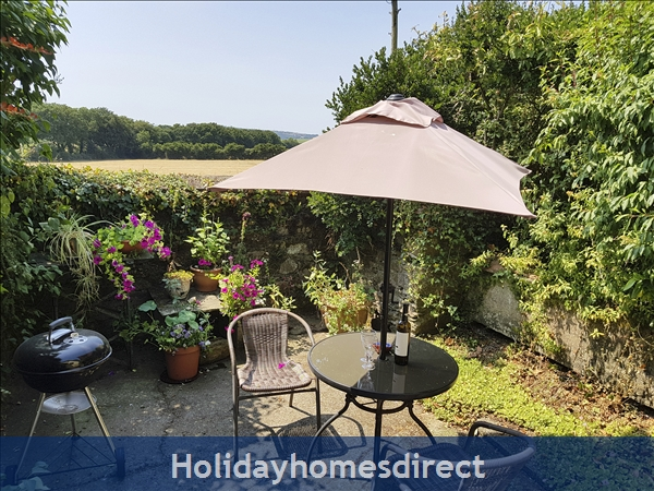Coach House Cottage..the Perfect Place To Do Nothing !: Private south facing patio with BBQ