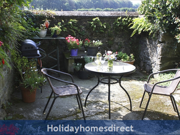 Coach House Cottage..the Perfect Place To Do Nothing !: Sunny south-facing private patio with Gas BBQ