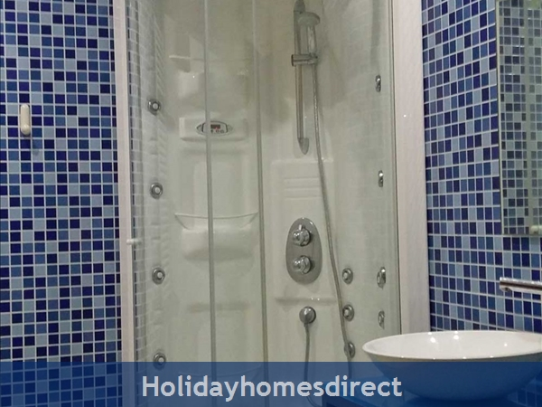 Aquamar, Vilamoura: Main Bathroom with Hydrojet Shower