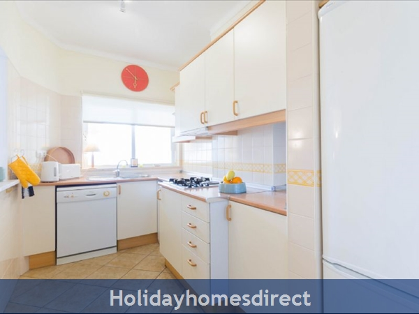 Great 2 Bed/2 Bath Close To Beach & Alvor Village: Fully fitter kitchen