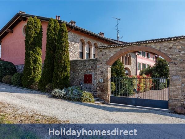 Near Lake Garda - Rustic Apartment 4a: Entrance to condominium