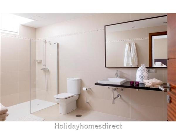 Villa Leyna master bathroom in Lanzarote