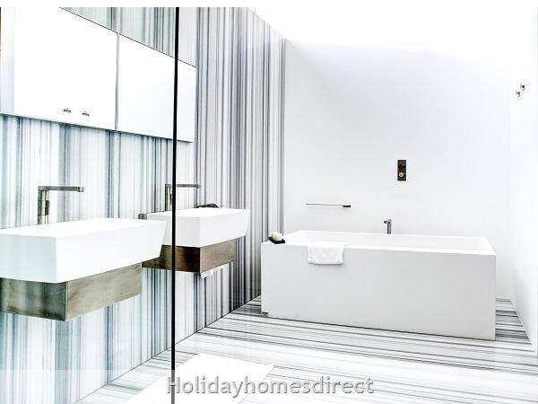 Villa Bond Master Bathroom on the Algarve
