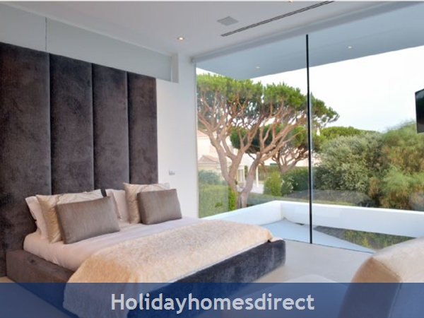 Villa Bond  king bed with a view