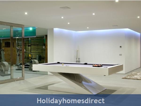 Villa Bond  indoor pool table in the Algarve