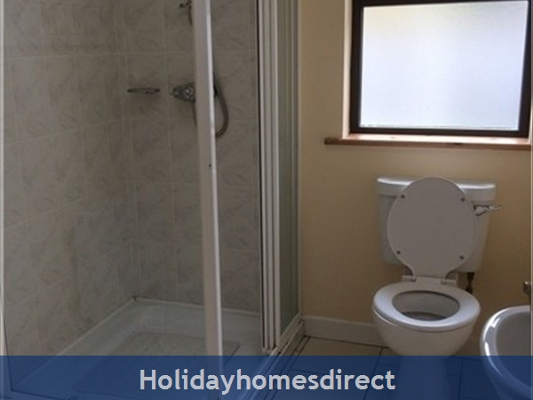 No 12 Tragumna Holiday Cottages: Downstairs ensuite