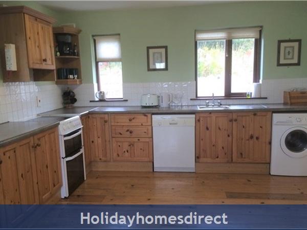 No 12 Tragumna Holiday Cottages: Kitchen