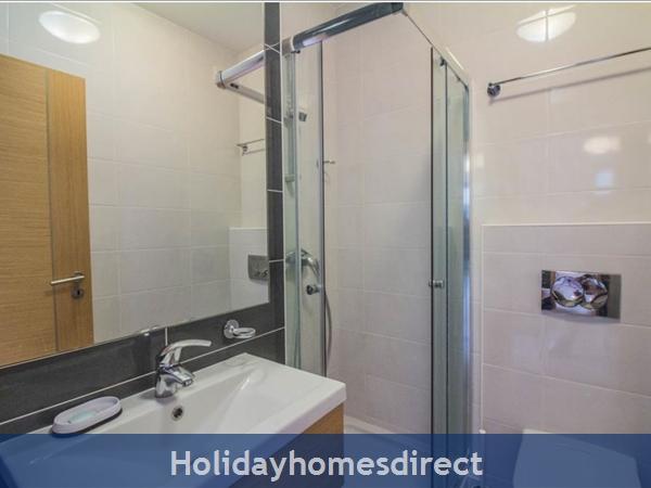 Vitismar Cj: showerroom next to the second bedroom