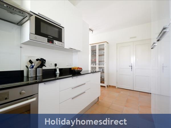 Mas Des Hirondelles: Kitchen