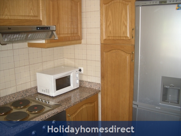 Club Albufeira Resort - Casa Katie: Fully equipped kitchen with tall fridge freezer