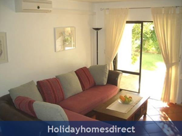 Club Albufeira Resort - Casa Katie: Lounge leading onto patio and garden area