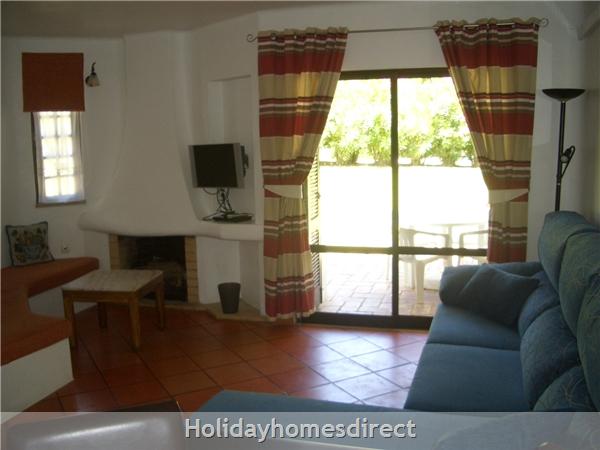 Club Albufiera Resort - Casa Sophie: Lounge leading onto patio and garden area