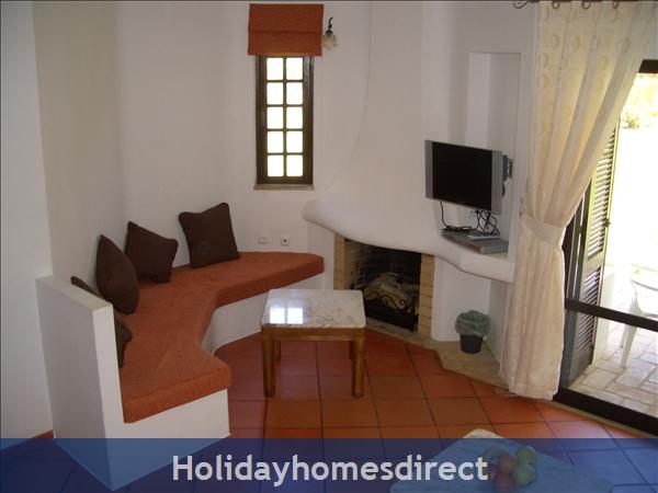 Club Albufiera Resort - Casa Sophie: TV and reading area