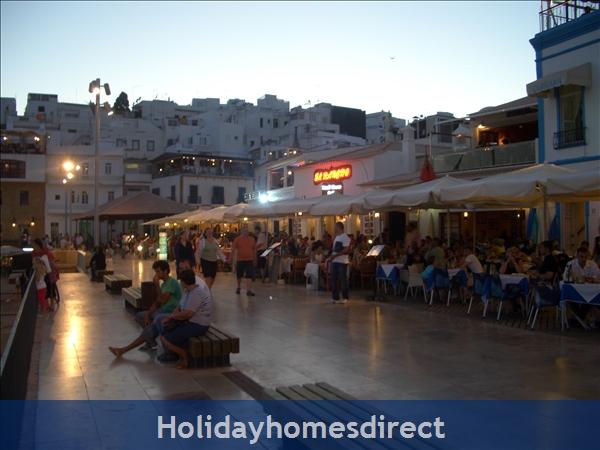 Club Albufiera Resort - Casa Sophie: Restaurants overlooking Fisherman's Beach at night