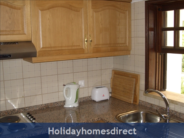 Club Albufiera Resort - Casa Sophie: Fully equipped kitchen with tall fridge freezer