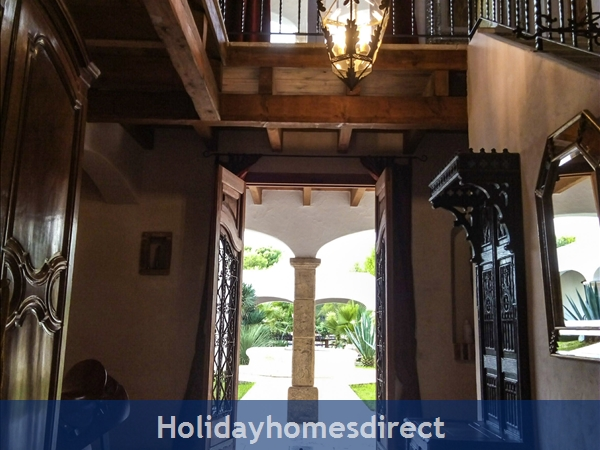 Large Mexican Hacienda - 6 Bedrooms - 14 Guest - Costa Dorada Targona 5 Minutes From The Beach: The Entrance Hall