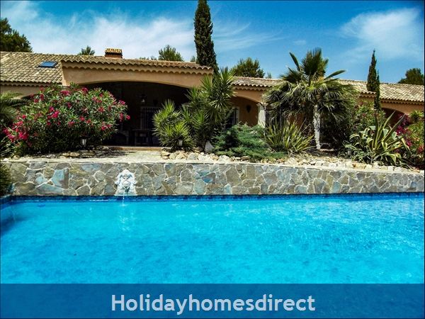Large 6 Bedroom Villa - 14 Guests - Private Pool - 5 minutes from the beach